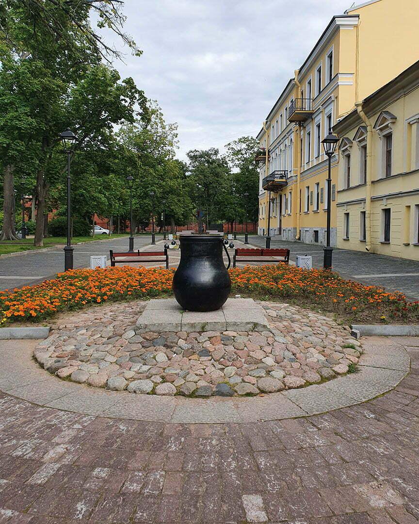 Памятник котлу в Андреевском сквере Кронштадта