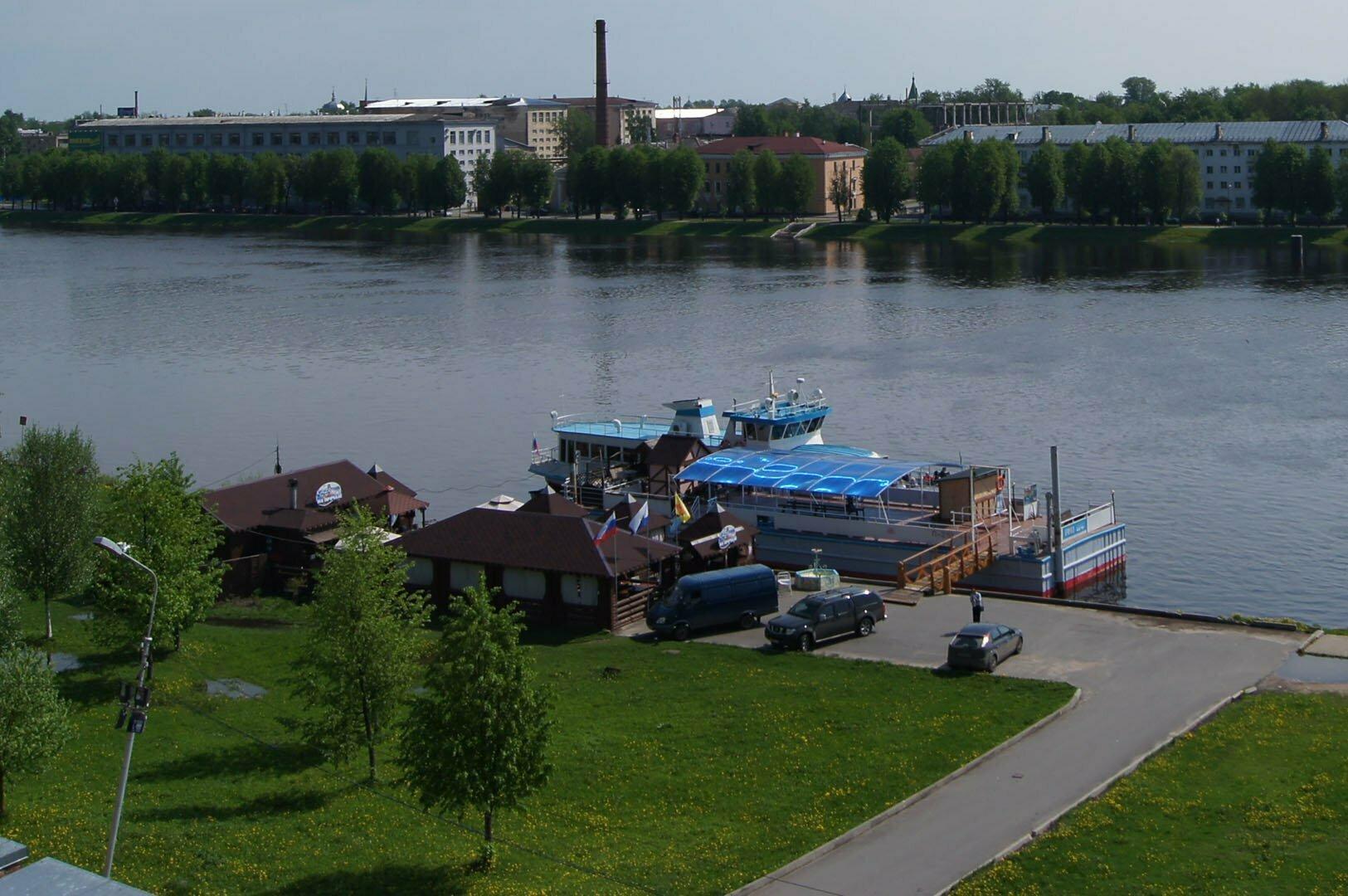 Пристань с корабликами под стенами Кремля