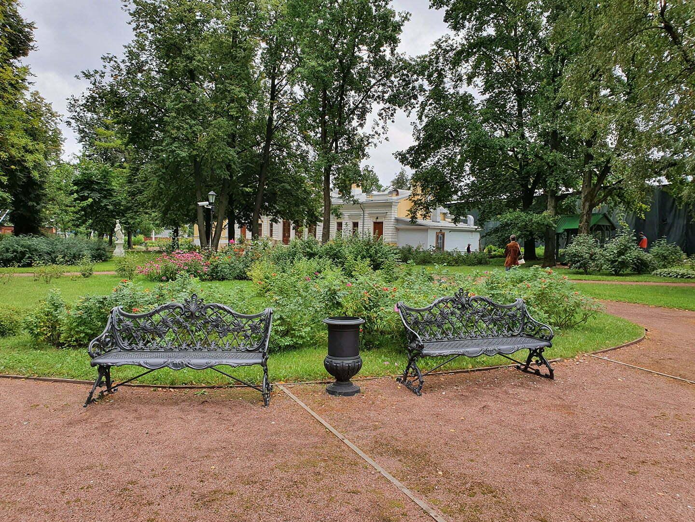 Скамейки в саду Путевого дворца Екатерины II в Твери