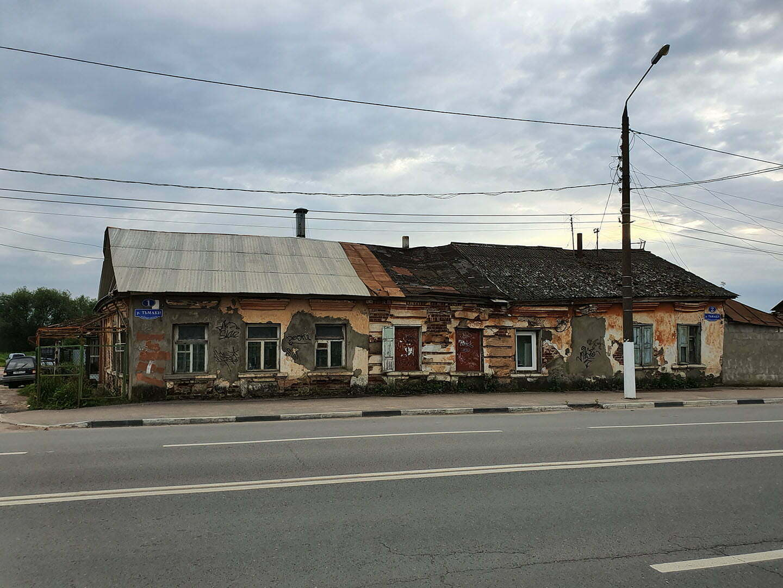 Убогий дом в Твери рядом с рынком