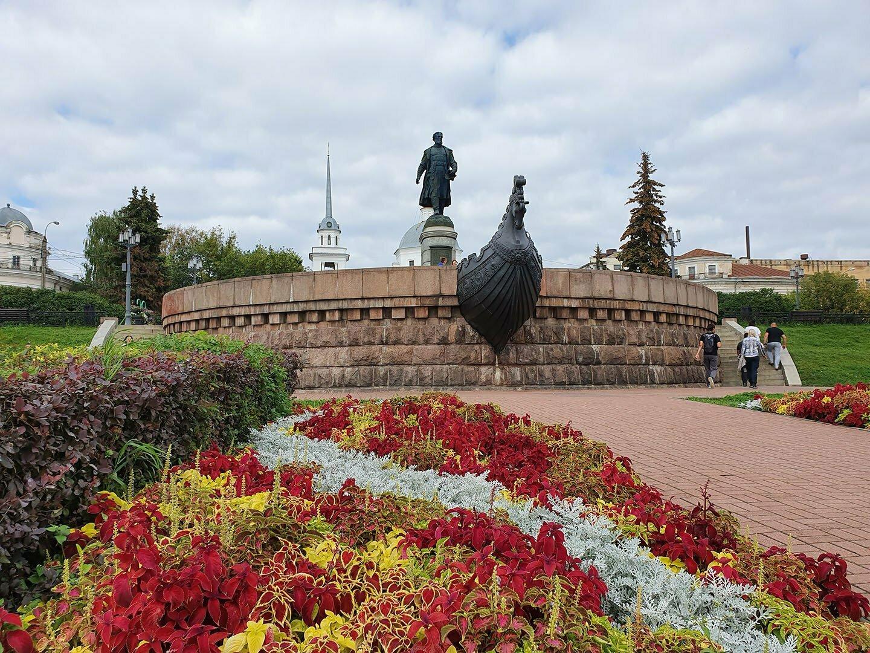 Памятник Афанасию Никитину в Твери на набережной