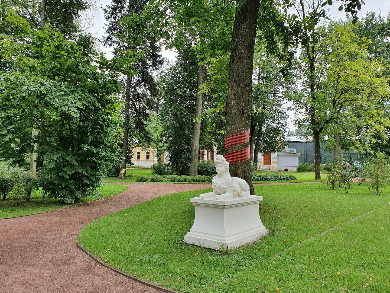 Бетонные скульптуры сада путевого дворца