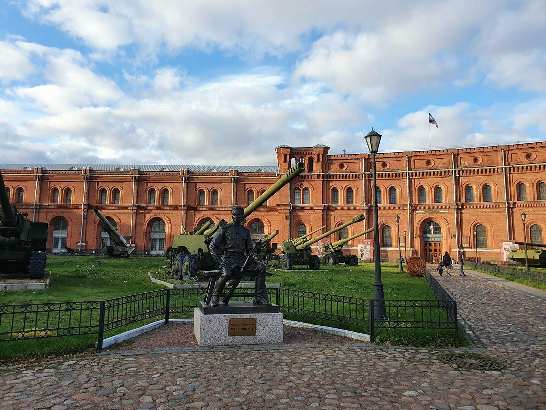 Музей Артиллерии в Питере, памятник Калашникову