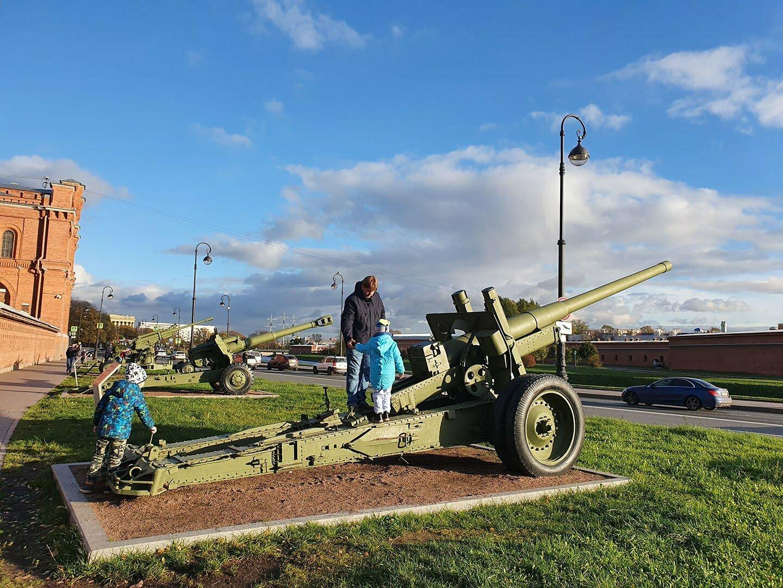 Музей артиллерии в Петербурге, у фасада можно всё трогать