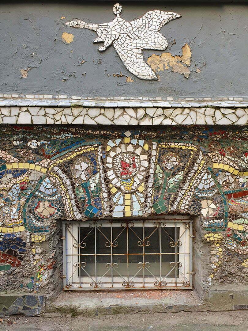 Дракон на стене в Мозаичном дворике СПБ