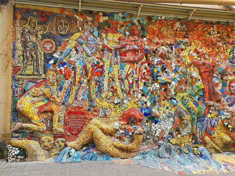 Фрагмент мозаичной стены в Мозаичном дворике в Санкт-Петербурге