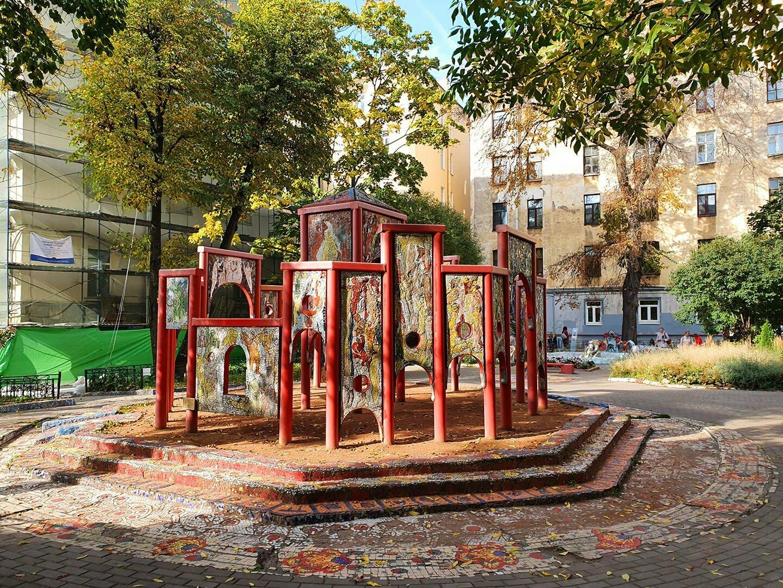 Ворота в Мозаичном дворике в Петербурге