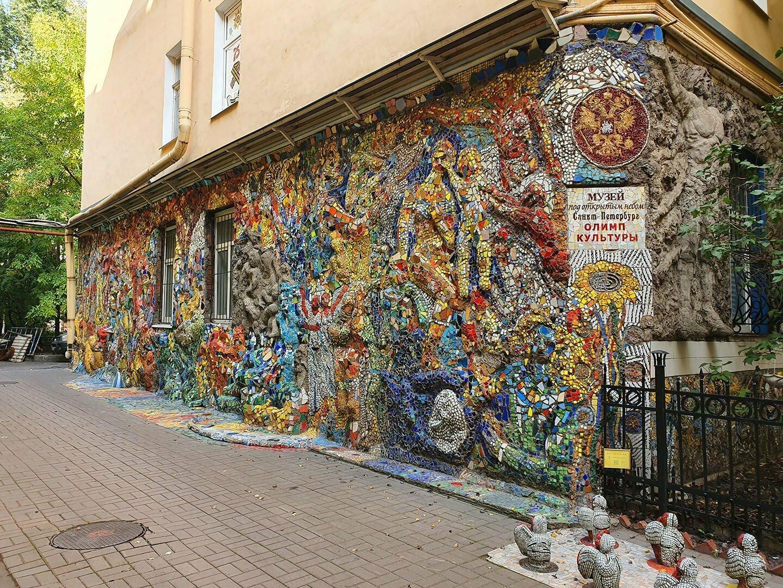 Мозаичная стена в Мозаичном дворике в Санкт-Петербурге