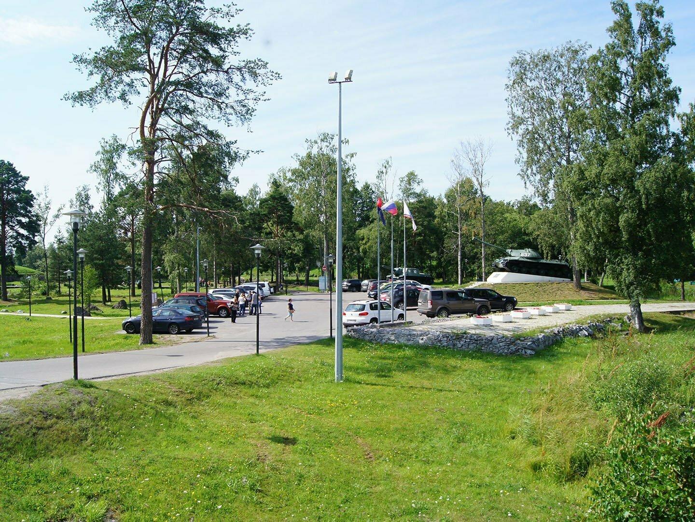 Парковка рядом с крепостью Корела