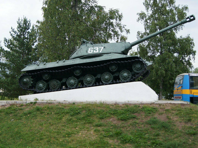 Танк ИС-3 на парковке возле крепости Корела