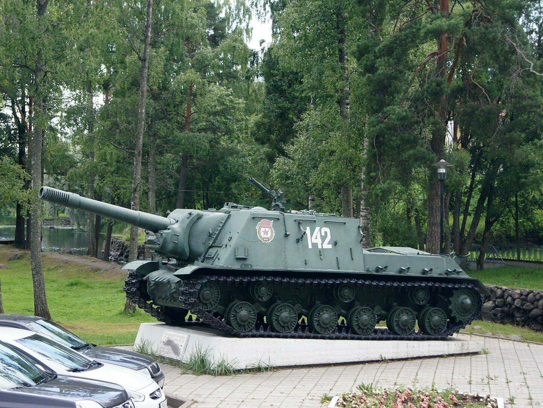 Самоходная пушка САУ-152 на парковке возле крепости Корела
