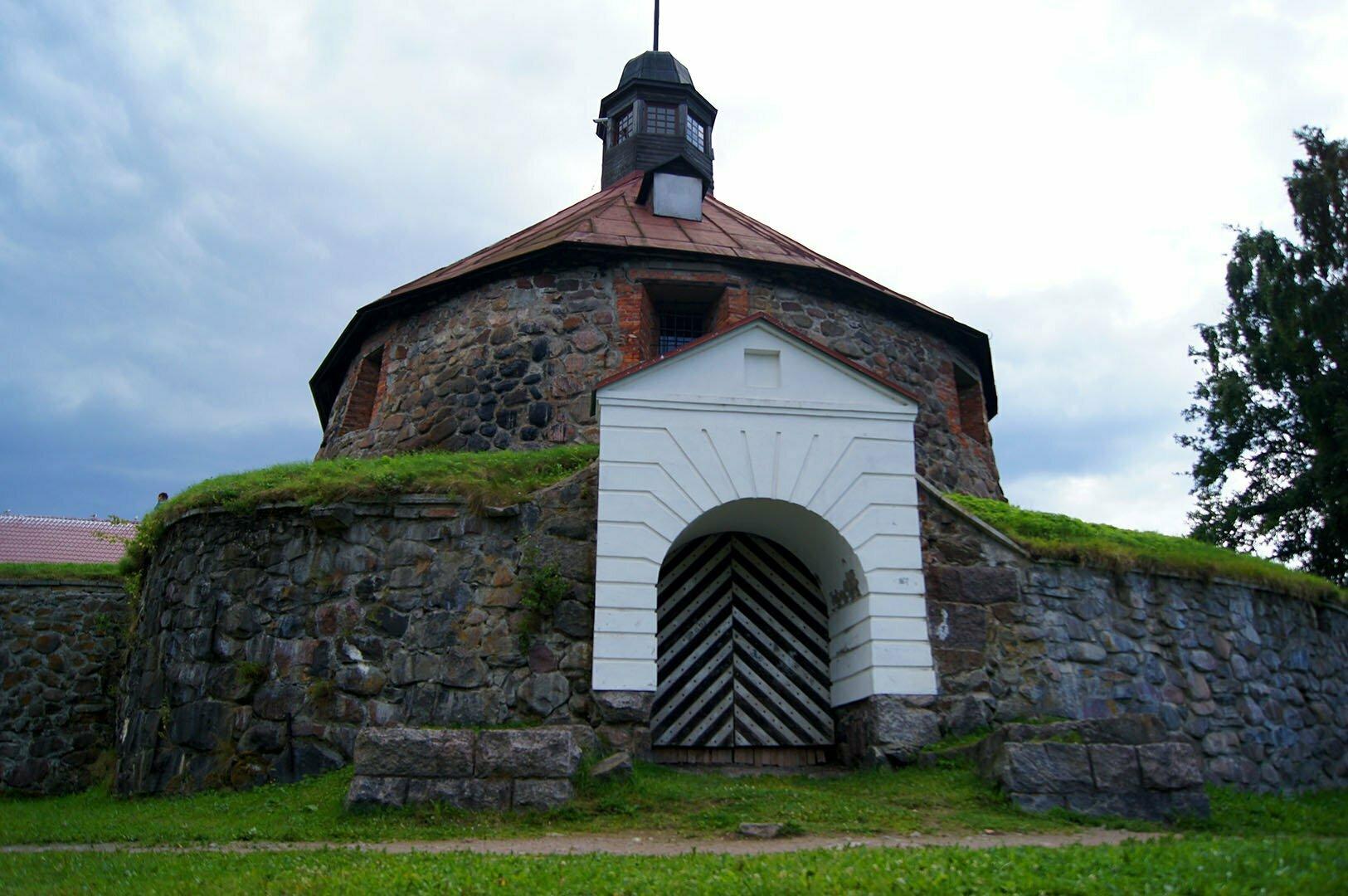 Круглая воротная башня, внешний вид