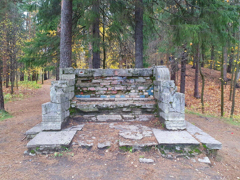 Останки каменной скамьи в Шуваловском парке