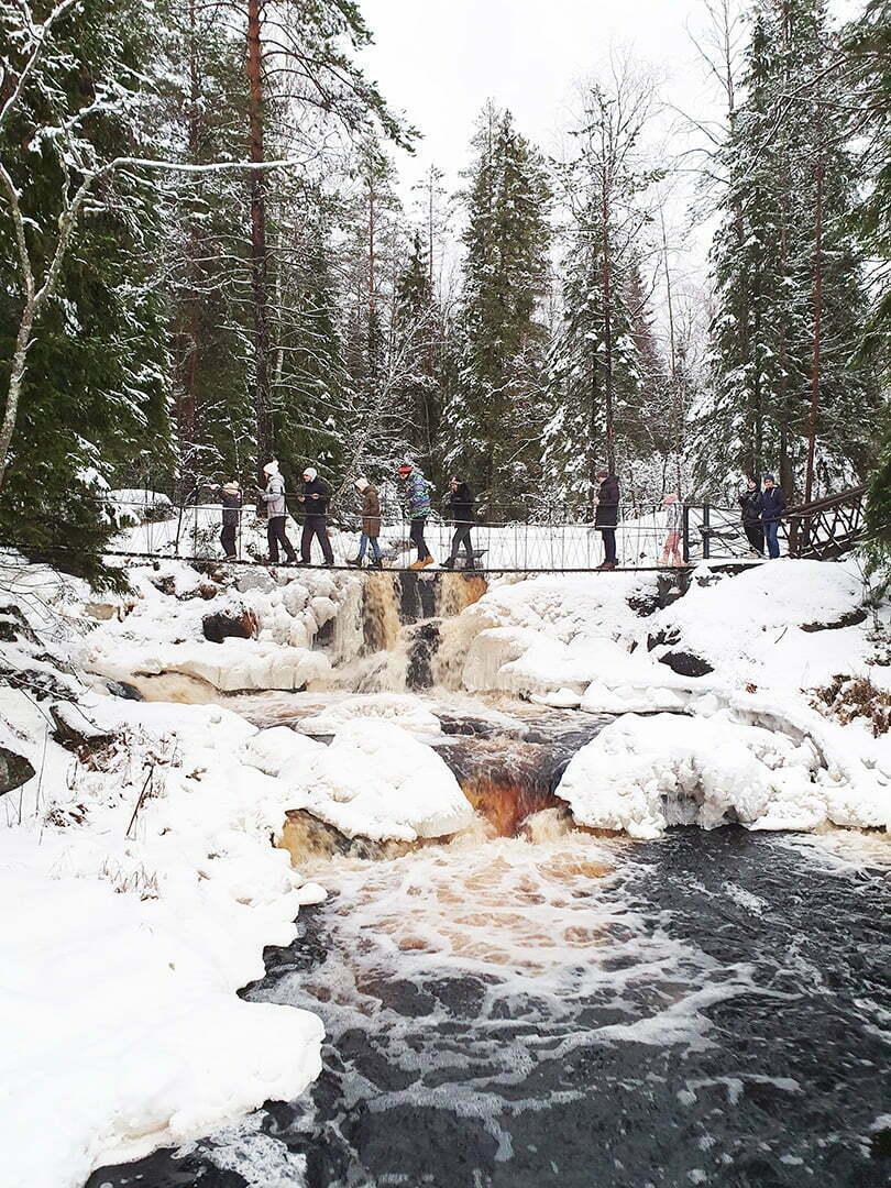 Подвесной мостик над Рускеальским водопадом