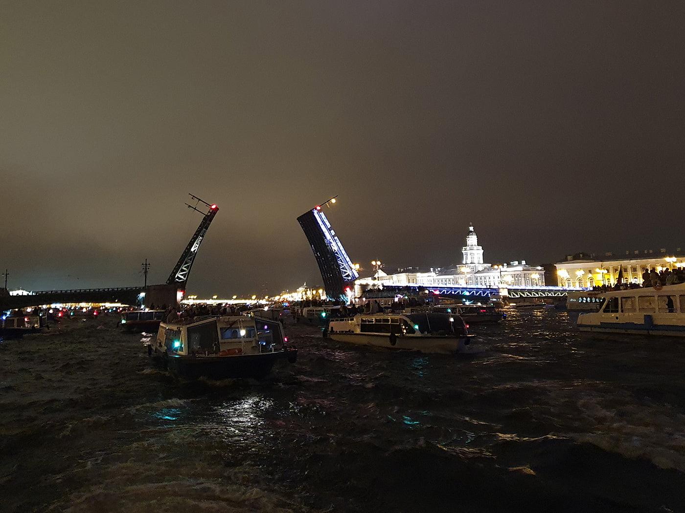 Развод Дворцового моста с воды
