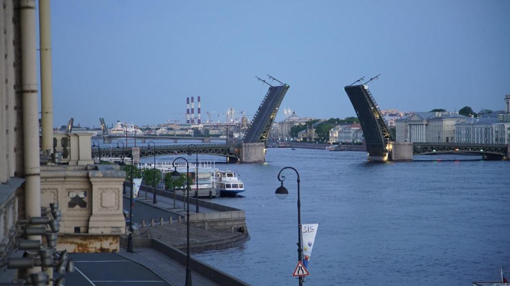 Вид из окна на Дворцовый мост
