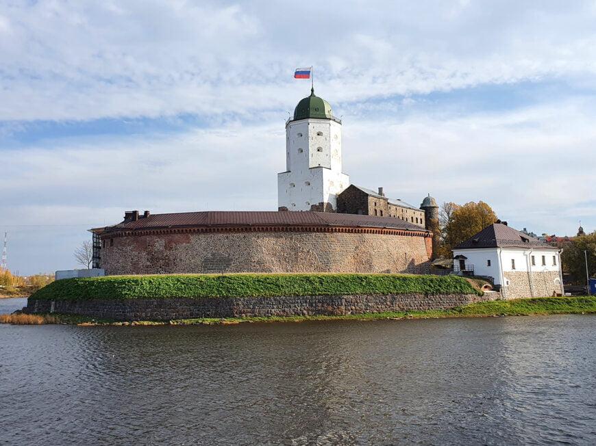 Выборгский замок вид от памятника Апраксину